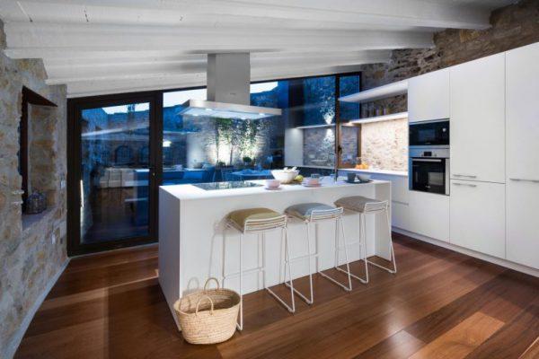 65057482 2048710 foto 770736 768x512 600x400 - La fusión perfecta de estilo rústico y moderno en esta casa en Girona, Cataluña