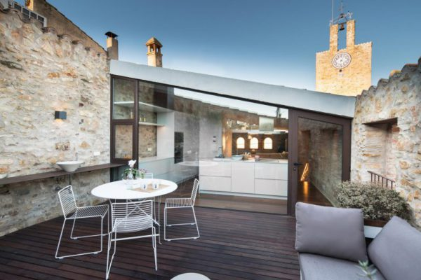 65057482 2048710 foto 793269 768x512 600x400 - La fusión perfecta de estilo rústico y moderno en esta casa en Girona, Cataluña