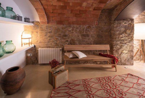 65057482 2048710 foto 864945 768x517 600x404 - La fusión perfecta de estilo rústico y moderno en esta casa en Girona, Cataluña