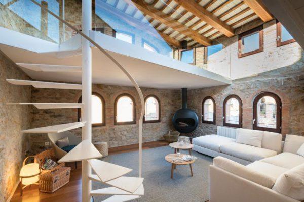 65057482 2048710 foto 884800 768x512 600x400 - La fusión perfecta de estilo rústico y moderno en esta casa en Girona, Cataluña