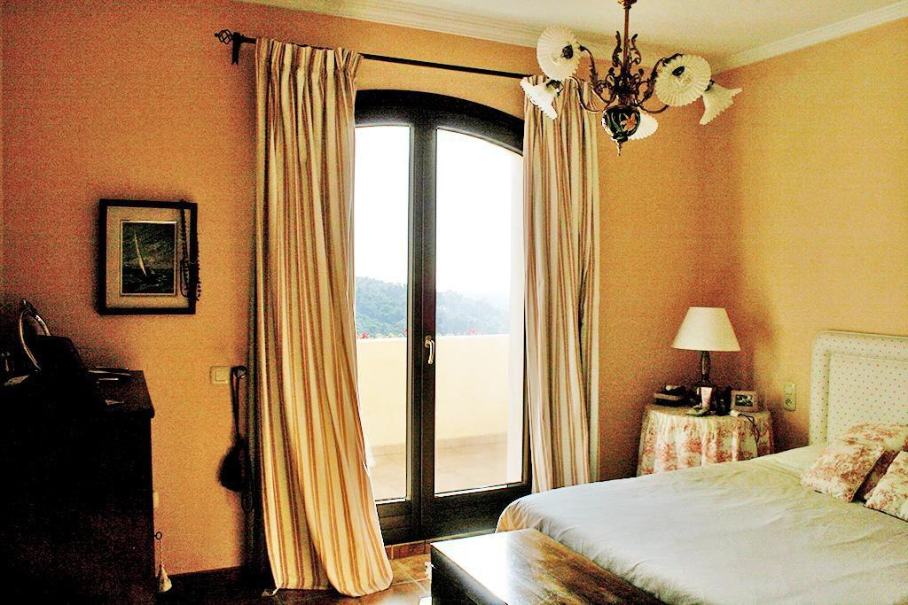 66884997 2028873 foto 183326 1024x683 - Mar y montaña en una espectacular villa en Benahavís