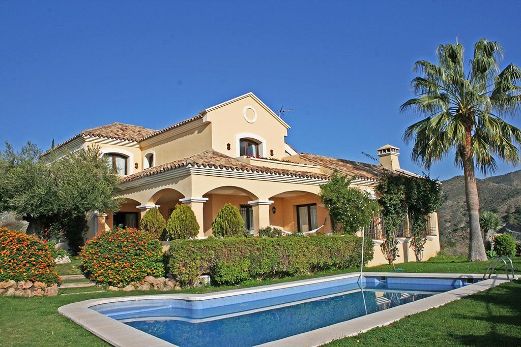 66884997 2028873 foto 302185 1024x683 - Mar y montaña en una espectacular villa en Benahavís