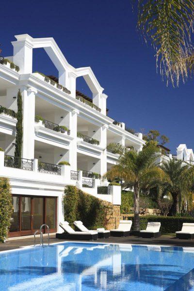 66884997 2030548 foto 040411 400x600 - Estilo neoclásico y vistas al mar en un apartamento en Estepona (Málaga)