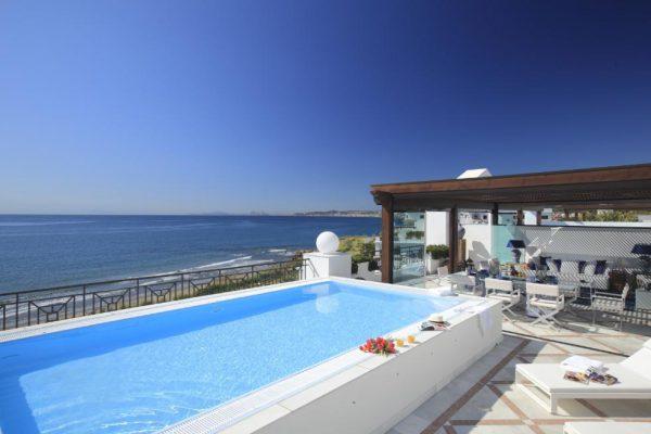 66884997 2030548 foto 162110 600x400 - Estilo neoclásico y vistas al mar en un apartamento en Estepona (Málaga)
