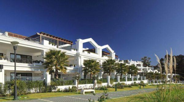 66884997 2030548 foto 364534 600x335 - Estilo neoclásico y vistas al mar en un apartamento en Estepona (Málaga)