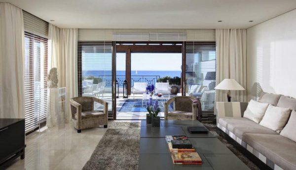 66884997 2030548 foto 432512 600x345 - Estilo neoclásico y vistas al mar en un apartamento en Estepona (Málaga)