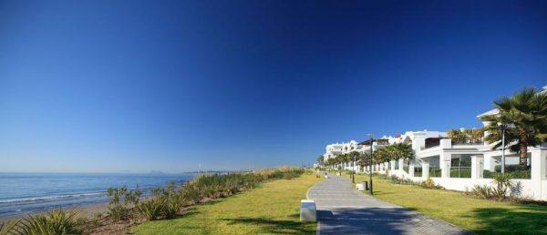 66884997 2030548 foto 631309 600x258 - Estilo neoclásico y vistas al mar en un apartamento en Estepona (Málaga)