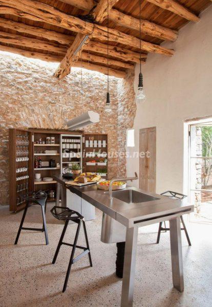 68532389 2130392 foto 050202 414x600 - Contempla el paraíso natural único que rodea esta casa en Santa Eulalia del Río, Ibiza