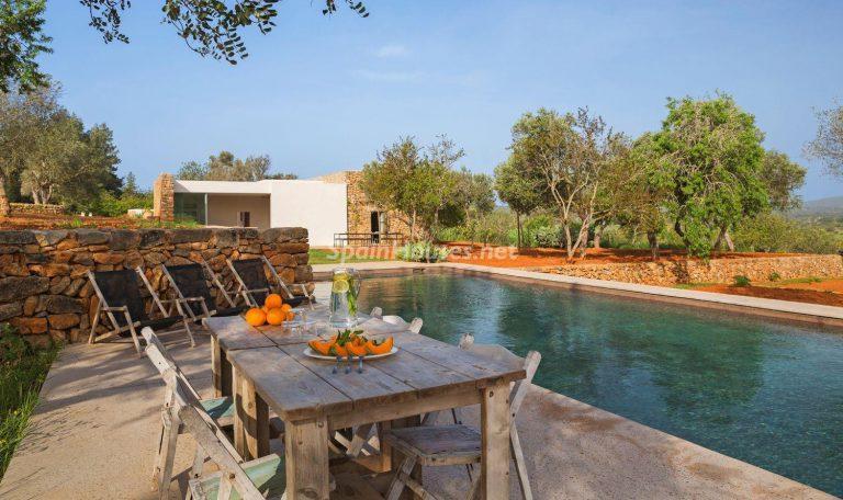 Contempla el paraíso natural único que rodea esta casa en Santa Eulalia del Río, Ibiza
