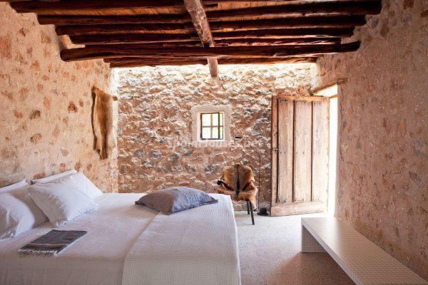 68532389 2130392 foto 737403 600x400 - Contempla el paraíso natural único que rodea esta casa en Santa Eulalia del Río, Ibiza