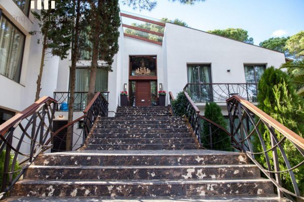 69139159 2216106 foto 063837 1 600x400 - Costa, color y diseño protagonizan esta increíble casa en Sant Antoni de Calonge, Girona