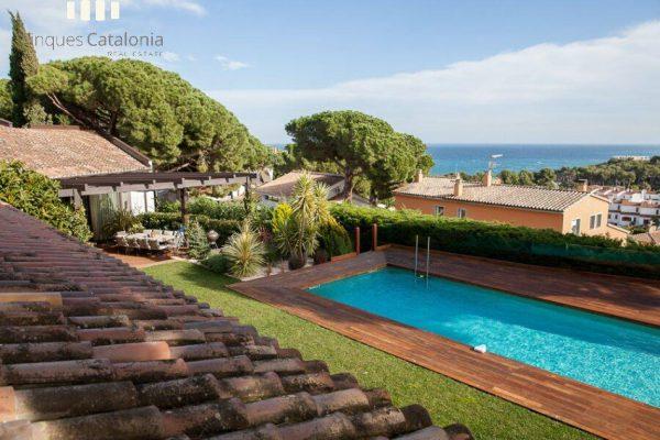 69139159 2216106 foto 812091 600x400 - Costa, color y diseño protagonizan esta increíble casa en Sant Antoni de Calonge, Girona