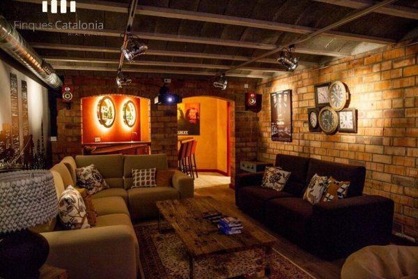 69139159 2216106 foto 910135 1 600x400 - Costa, color y diseño protagonizan esta increíble casa en Sant Antoni de Calonge, Girona