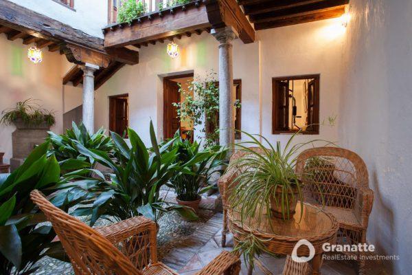 70910415 2474014 foto83077469 600x400 - Vivir en una joya arquitectónica con vistas a la Alhambra (Granada)