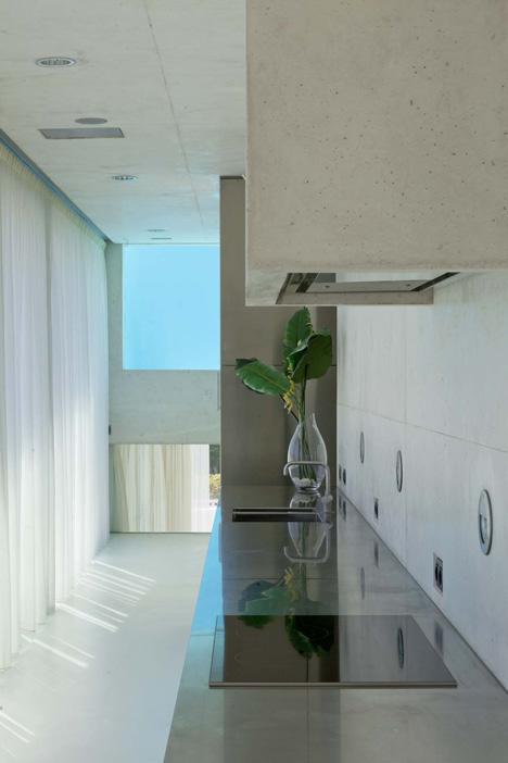 710 - Genial casa en Marbella y una espectacular piscina transparente en el techo para disfrutar
