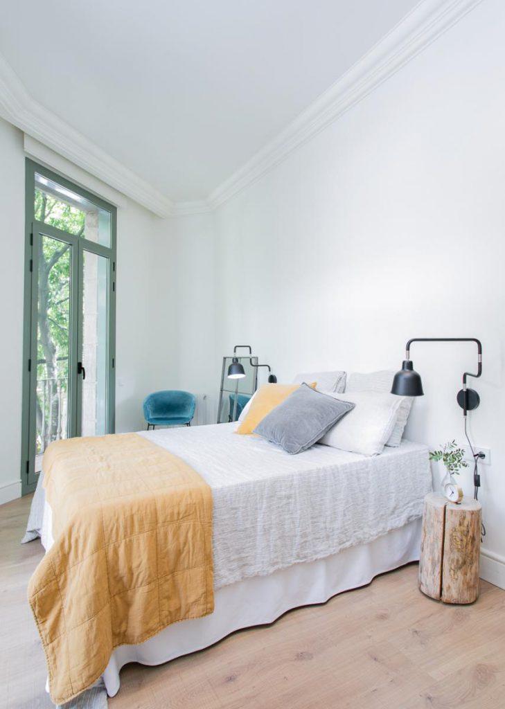 71836161 2505148 foto105793905 729x1024 - Estilo soft en un precioso piso lleno de luz y detalles en Dreta de l'Eixample (Barcelona)