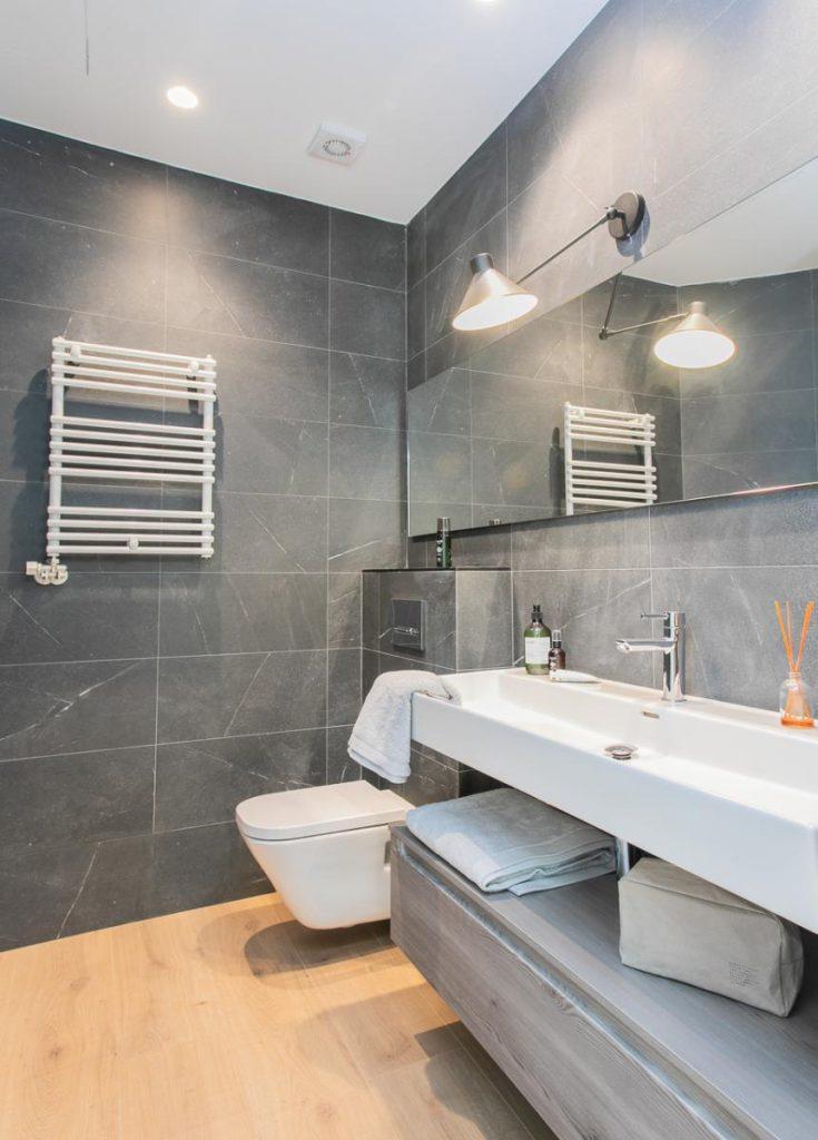 71836161 2505148 foto105793910 735x1024 - Estilo soft en un precioso piso lleno de luz y detalles en Dreta de l'Eixample (Barcelona)
