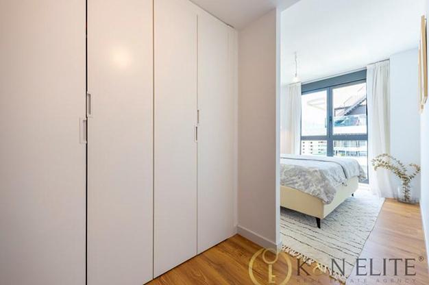 ARMARIO DORMITORIO - Descubre este piso junto a la playa en Alicante, ideal para aquellos que buscan un espacio moderno y cómodo