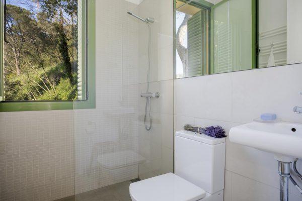 BAÑO 1 600x400 - Acogedora casa en lo más alto de las montañas de Barcelona