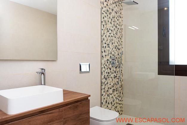 BANO 1 1 - Esta villa con piscina en Alicante a estrenar te espera para comenzar una nueva vida