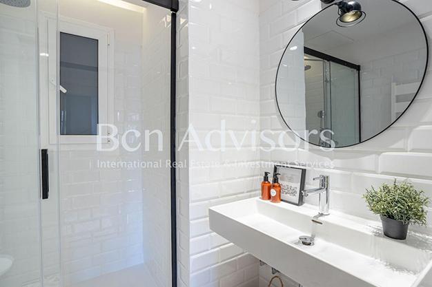 BANO 1 2 - Este piso en venta en Barcelona con elementos de diseño únicos te enamorará