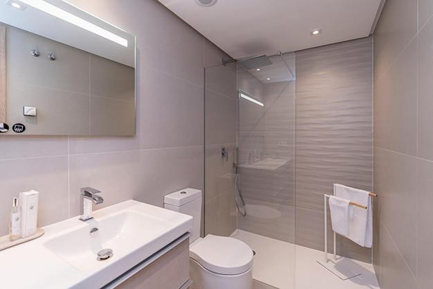 BANO BENAHAVIS - Vive rodeado de espacios verdes con este apartamento de lujo en Málaga