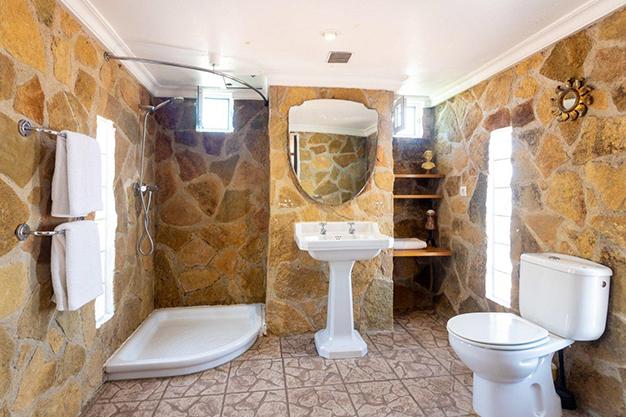 BANO EN SUITE - Descubre esta increíble villa de lujo en Valencia, con arquitectura inspirada en Gaudí y 100% ecológica