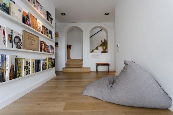BIBLIOTECA 2 600x400 - Acogedora casa en lo más alto de las montañas de Barcelona