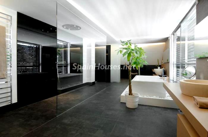 Baño principal de la casa - Casa de la semana: grandes espacios minimalistas