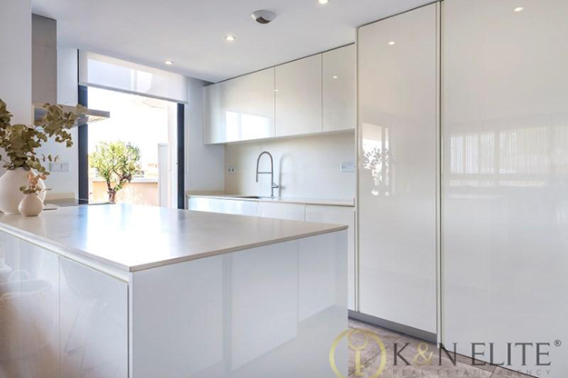 COCINA ALICANTE - Descubre este piso junto a la playa en Alicante, ideal para aquellos que buscan un espacio moderno y cómodo