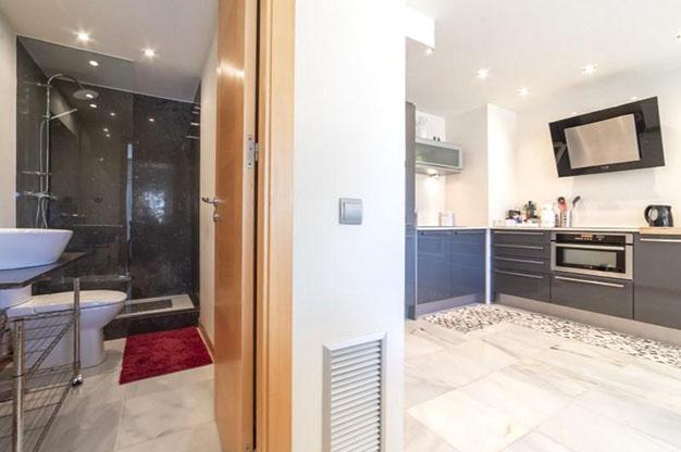 COCINA BANO IBIZA - No te podrás resistir a este apartamento en venta en Ibiza: bien situado y con terraza y piscina