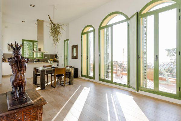 COMEDOR ACCESO TERRAZA 600x400 - Acogedora casa en lo más alto de las montañas de Barcelona