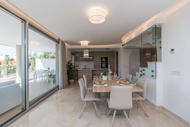 COMEDOR COCINA BEHNAHAVIS - Vive rodeado de espacios verdes con este apartamento de lujo en Málaga