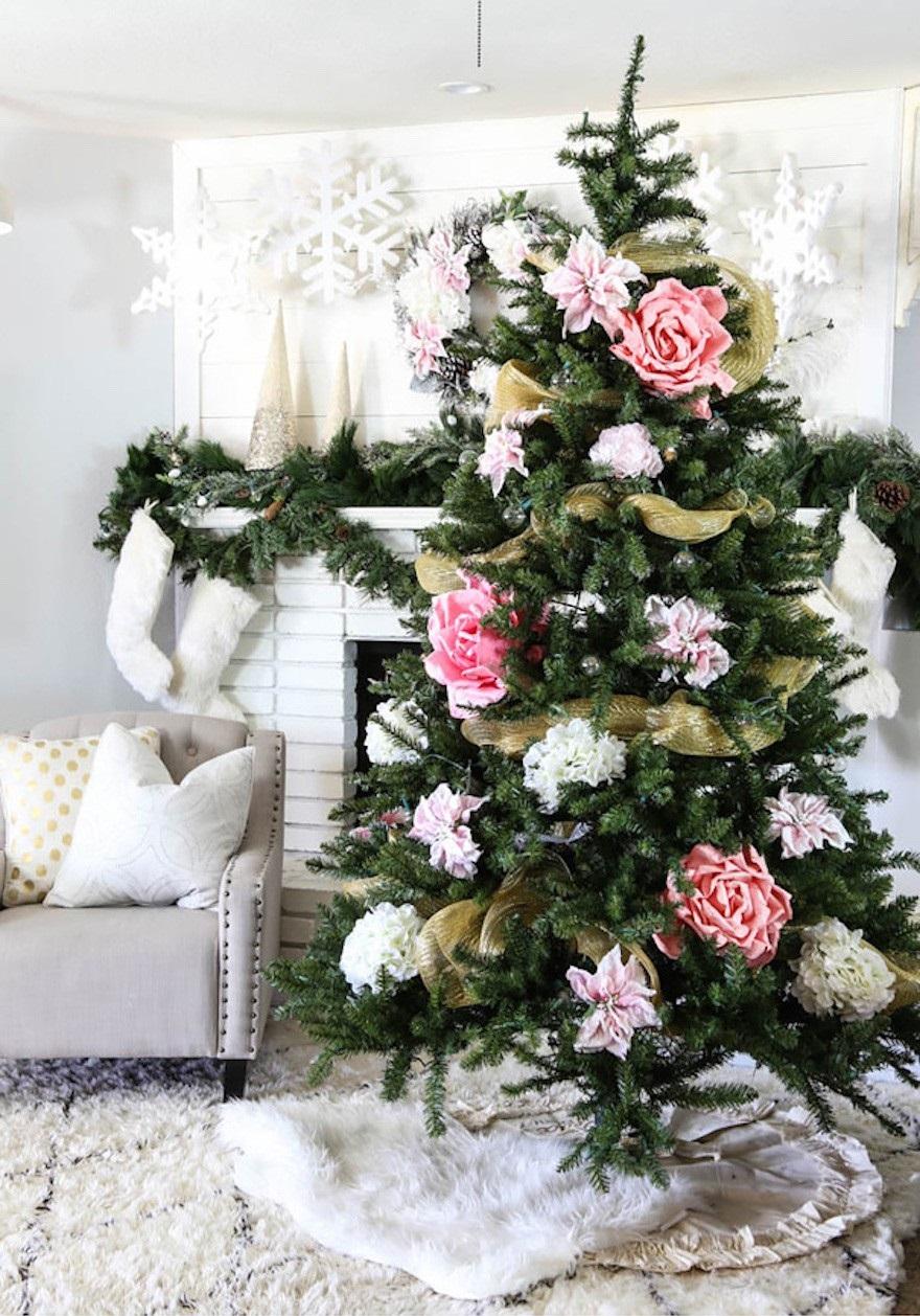 ClassyClutter - Decorar el árbol de navidad con flores: un ambiente fresco con un resultado espectacular