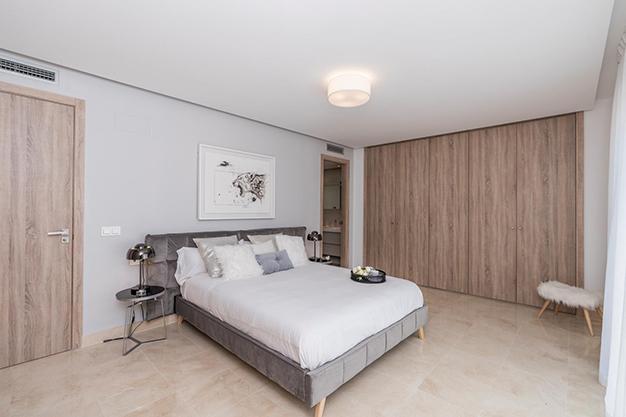 DORMITORIO 1 1 - Vive rodeado de espacios verdes con este apartamento de lujo en Málaga