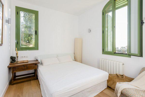 DORMITORIO 1 600x400 - Acogedora casa en lo más alto de las montañas de Barcelona