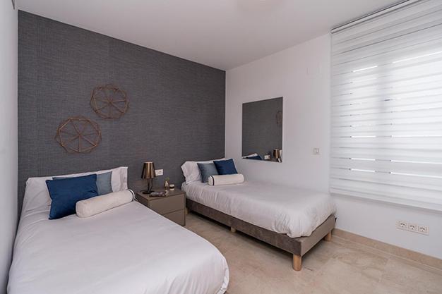 DORMITORIO 2 1 - Vive rodeado de espacios verdes con este apartamento de lujo en Málaga