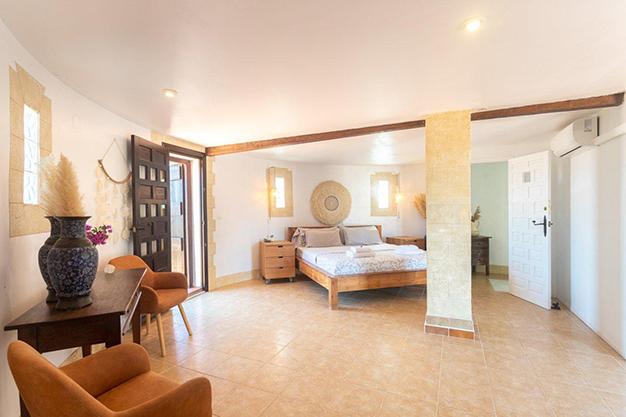 DORMITORIO PRINCIPAL 1 - Descubre esta increíble villa de lujo en Valencia, con arquitectura inspirada en Gaudí y 100% ecológica