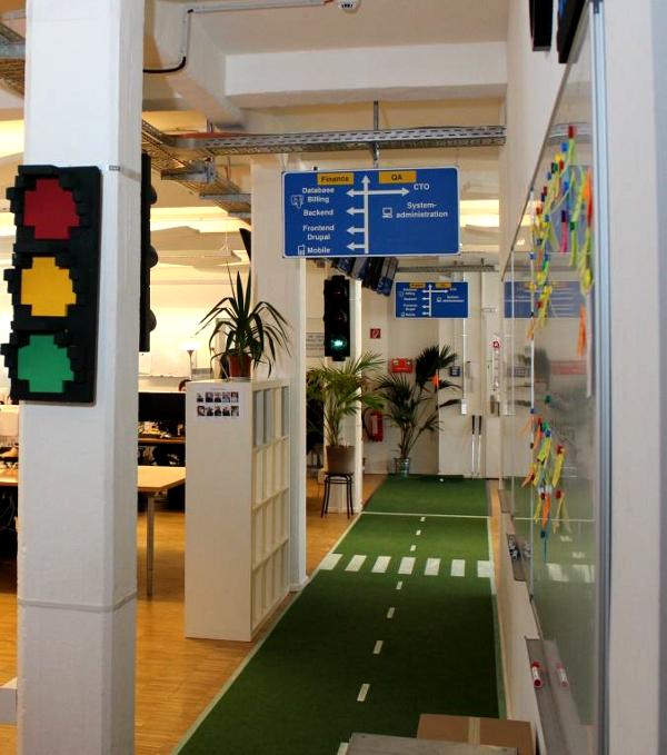 Decoración de oficina estilo tráfico1 - Las oficinas de eDarling se cubren de colores y creatividad