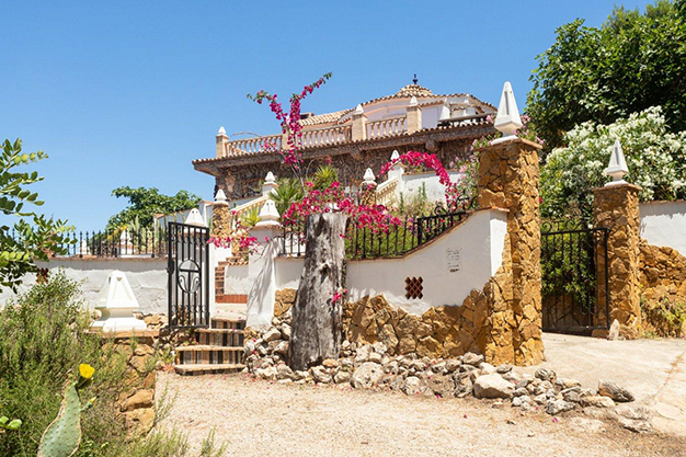 EXTERIOR CASA 5 - Descubre esta increíble villa de lujo en Valencia, con arquitectura inspirada en Gaudí y 100% ecológica
