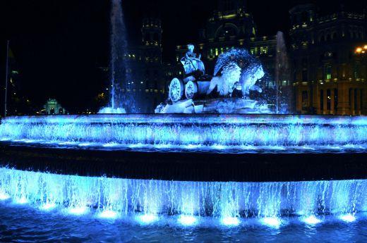 Fuente de Cibeles Madrid. 1 de abril - Los edificios más emblemáticos de España se tiñen de azul en el Día Mundial del Autismo