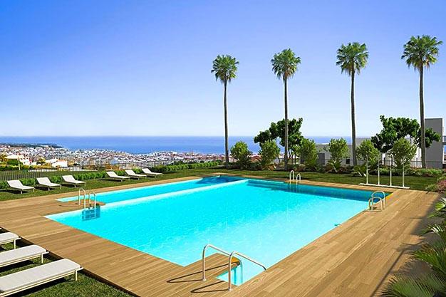 IMAGEN PISCINA - Apartamento de lujo en Estepona con jardín privado y vistas al mar: todo en uno