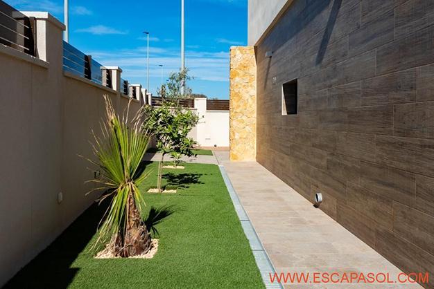 JARDINES ALICANTE - Esta villa con piscina en Alicante a estrenar te espera para comenzar una nueva vida