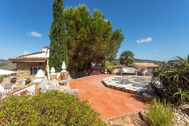 LPLATAFORMA YOGA - Descubre esta increíble villa de lujo en Valencia, con arquitectura inspirada en Gaudí y 100% ecológica