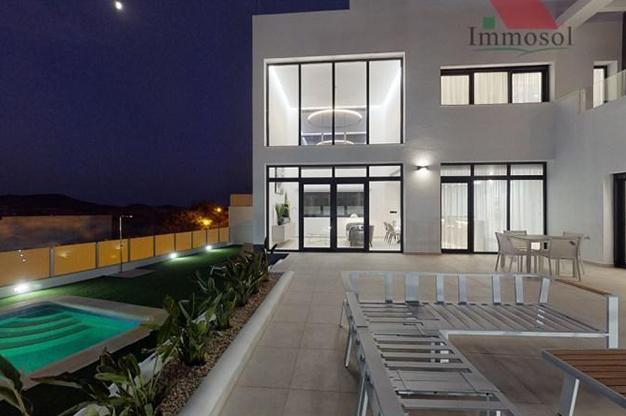 NOCHE BENIDORM - La casa perfecta es esta villa de lujo en Benidorm con piscina, jardín, solarium y mucho más