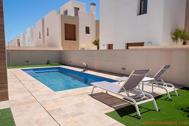 PISCINA 2 ALICANTE - Esta villa con piscina en Alicante a estrenar te espera para comenzar una nueva vida