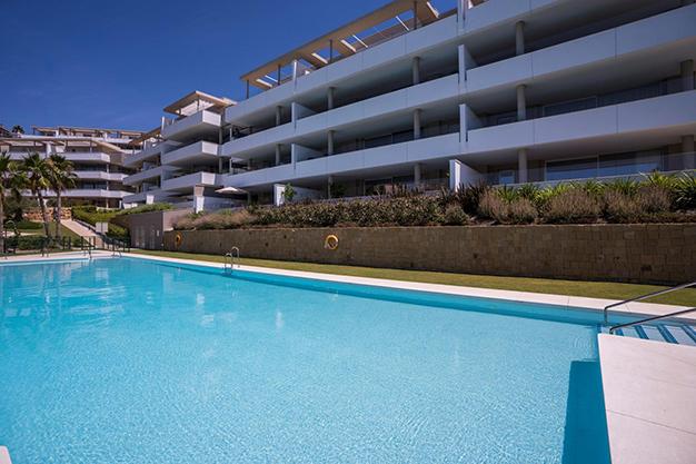 PISCINA BENAHAVIS - Vive rodeado de espacios verdes con este apartamento de lujo en Málaga