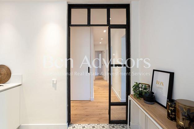 PUERTAS NEGRAS - Este piso en venta en Barcelona con elementos de diseño únicos te enamorará