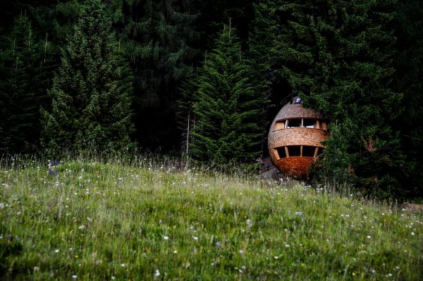 Pinecone Tree House by Domus Gaia dezeen 2364 col 10 600x399 - ¿Imaginas pasar la noche en una casa colgante en medio de los Alpes Italianos?