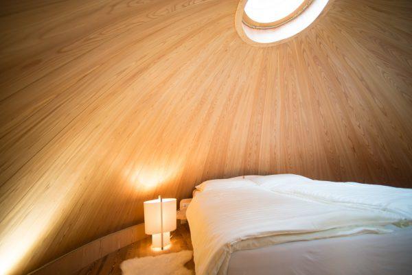 Pinecone Tree House by Domus Gaia dezeen 2364 col 3 600x401 - ¿Imaginas pasar la noche en una casa colgante en medio de los Alpes Italianos?